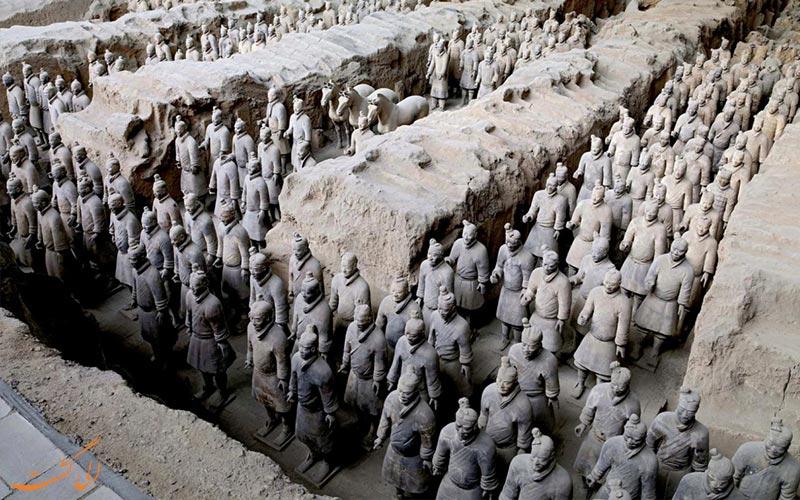 سربازان ایستاده خاکستری