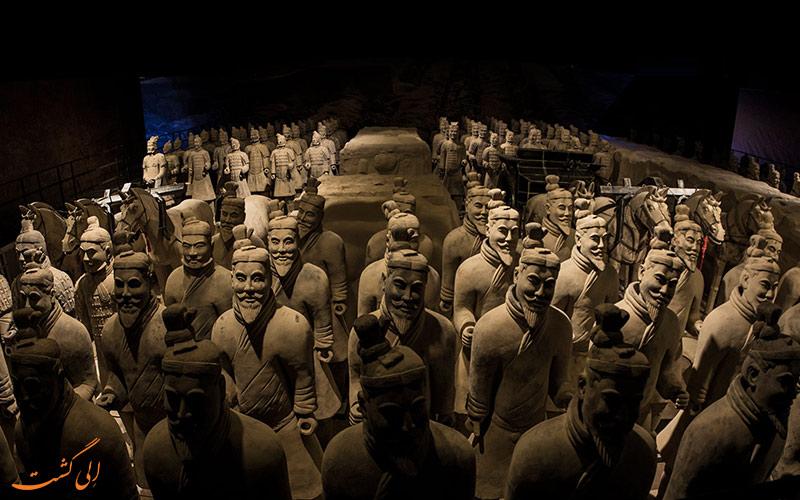 هزاران سربازان ایستاده