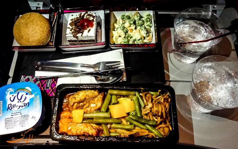 یک پرس غذا در هواپیمایی قطر