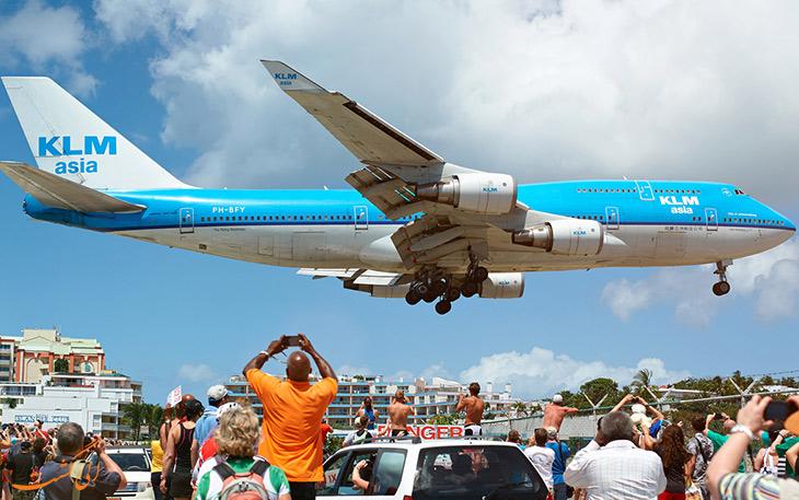 تماشای هواپیما در ساحل
