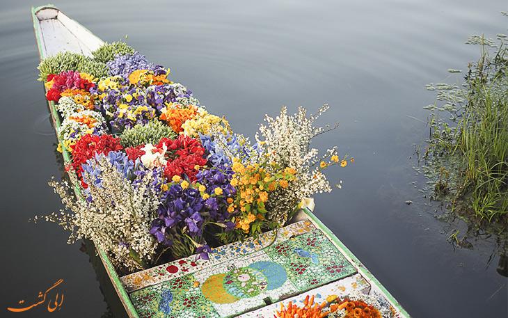 قایق پر از گل در کشمیر