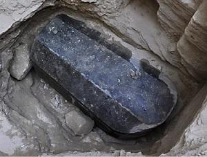 کشف تابوت سیاه باستانی در مصر