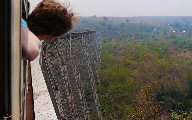 تماشای مناظر اطراف از پل گوتیک