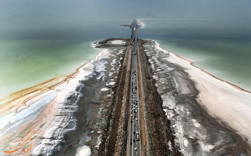 احداث جاده بر روی دریاچه ارومیه