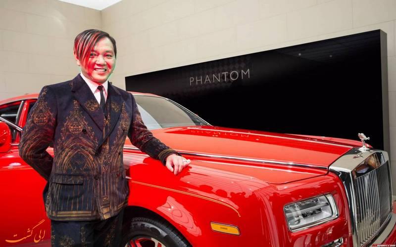 مدیر هتل در کنار خودروی فانتوم