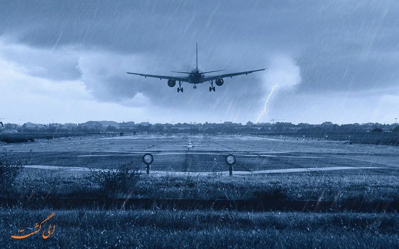 هواپیما در هوای طوفانی