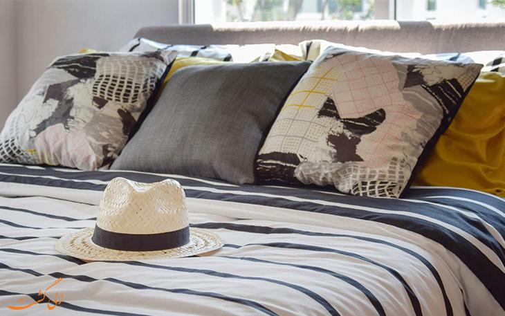 قرار دادن کلاه روی تخت