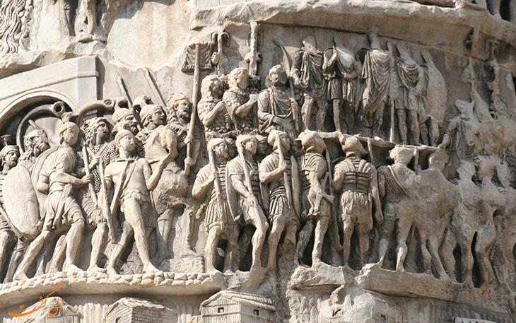 حکاکی ها و مجسمه های روی ستون