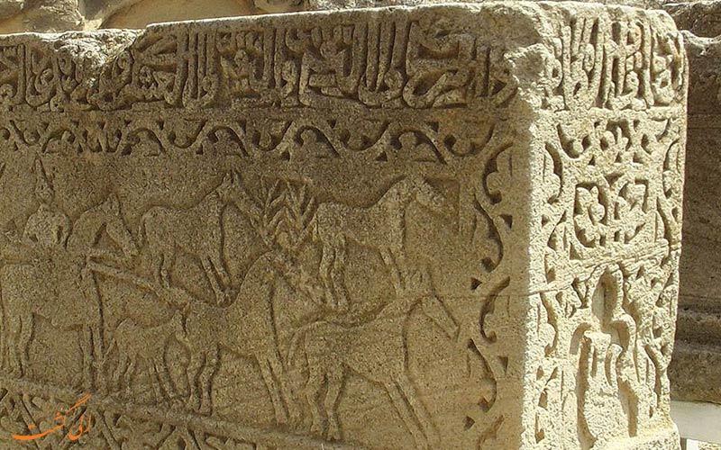 سنگ نبشته ای باستانی در قوبستان