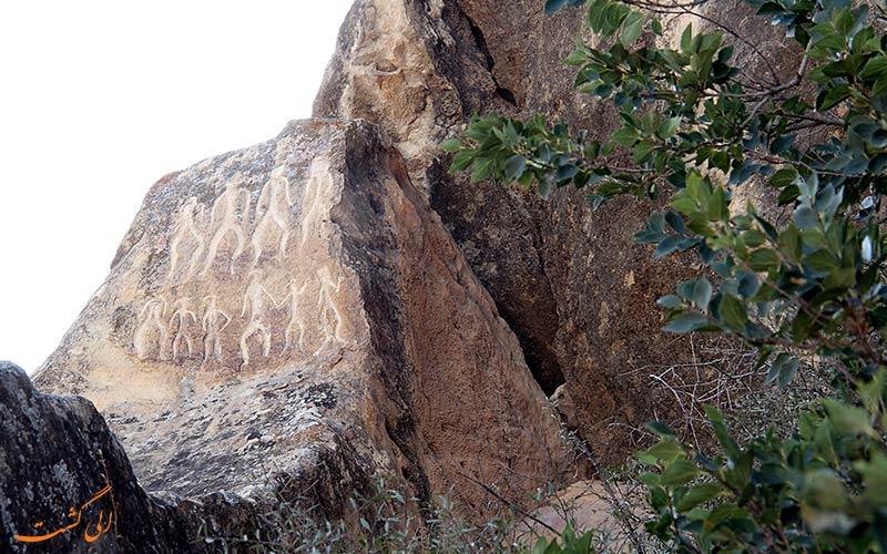 سنگ نیشته ای در قوبستان