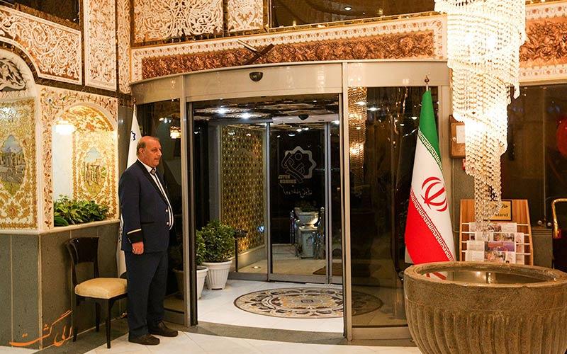 تصویری از جلوی درب ورودی هتل زهره اصفهان