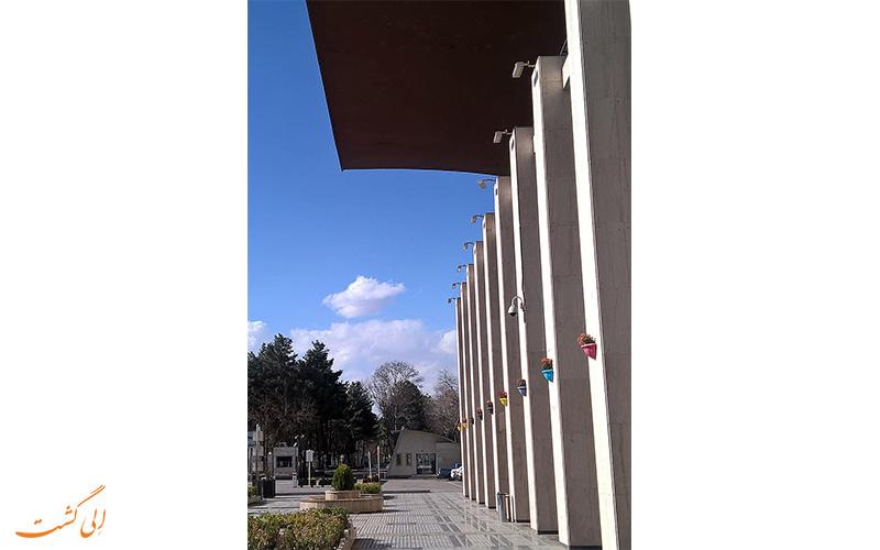 معماری ایستگاه راه آهن مشهد جز شاهکارهای ایران از زمان جنگ جهانی دوم به شمار می رود.