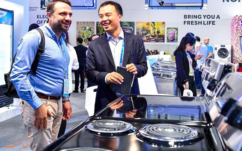 شرکت کنندگان خارجی در حال مذاکره با تولیدکنندگان چینی در نمایشگاه گوانجو