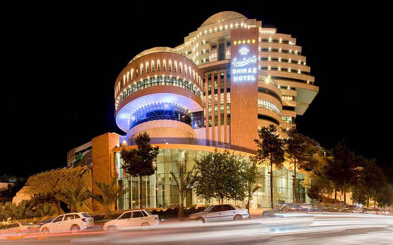 نمایی از ساختمان هتل بزرگ شیراز در شب
