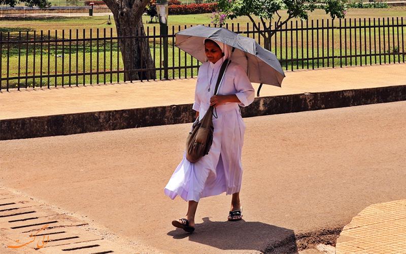 تصویر زنی در خیابان