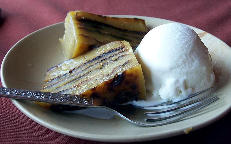 کیک ببینکا در کنار بستنی