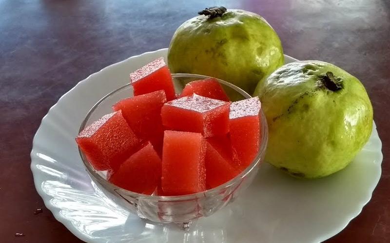 پراد، در کنار میوهی گوانا